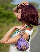 マハラーニ風の丸型おりたたみハンドバッグ - 紫系