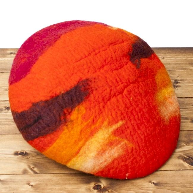 ネパールフェルトのキャットハウス オレンジ&ボーダー 6 - 裏面の様子です。直径45cm程度ですが、最大5cm程度大きさに前後があります。