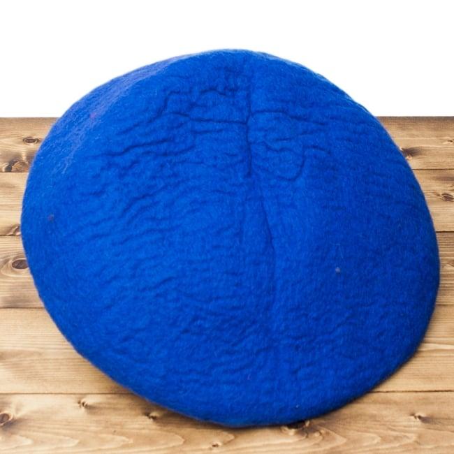 ネパールフェルトのキャットハウス ブルーの写真6 - 裏面の様子です。直径45cm程度ですが、最大5cm程度大きさに前後があります。