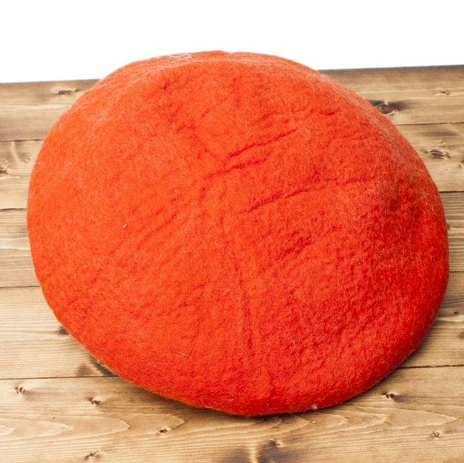 ネパールフェルトのキャットハウス オレンジ&赤 6 - 裏面の様子です。直径45cm程度ですが、最大5cm程度大きさに前後があります。