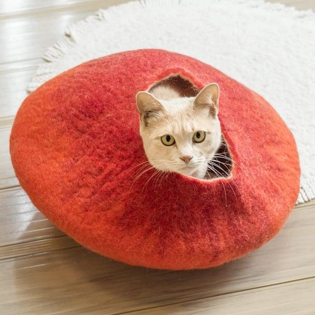 ネパールフェルトのキャットハウス オレンジ&赤の写真
