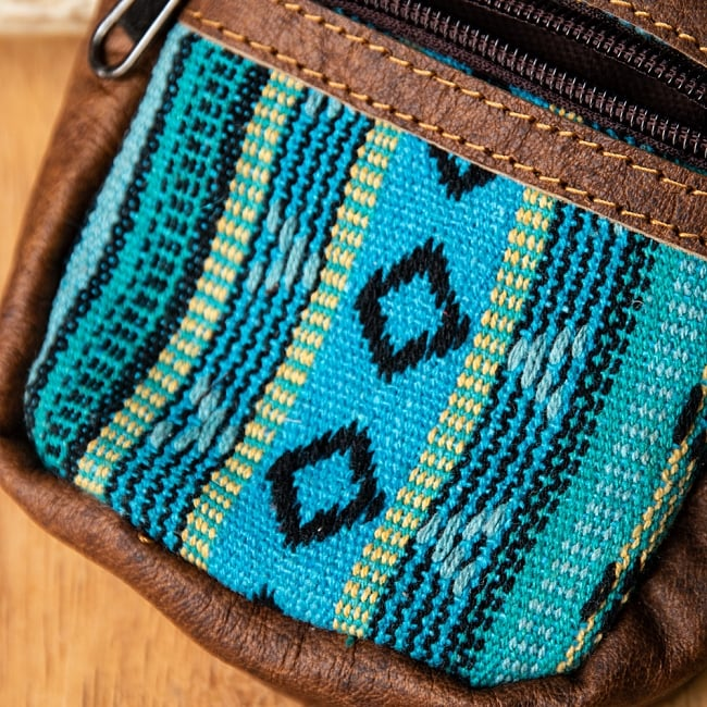 エスノ刺繍レザータバコケース - 水色青緑系 2 - 生地の拡大です。「ゲリ」という名前の、しっかりした生地が用いられています。