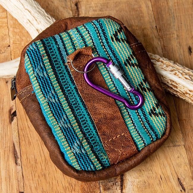 エスノ刺繍レザータバコケース - 水色青緑系 3 - 裏面にはベルト通しとフックがあります。フックの色は商品ごとに異なります。