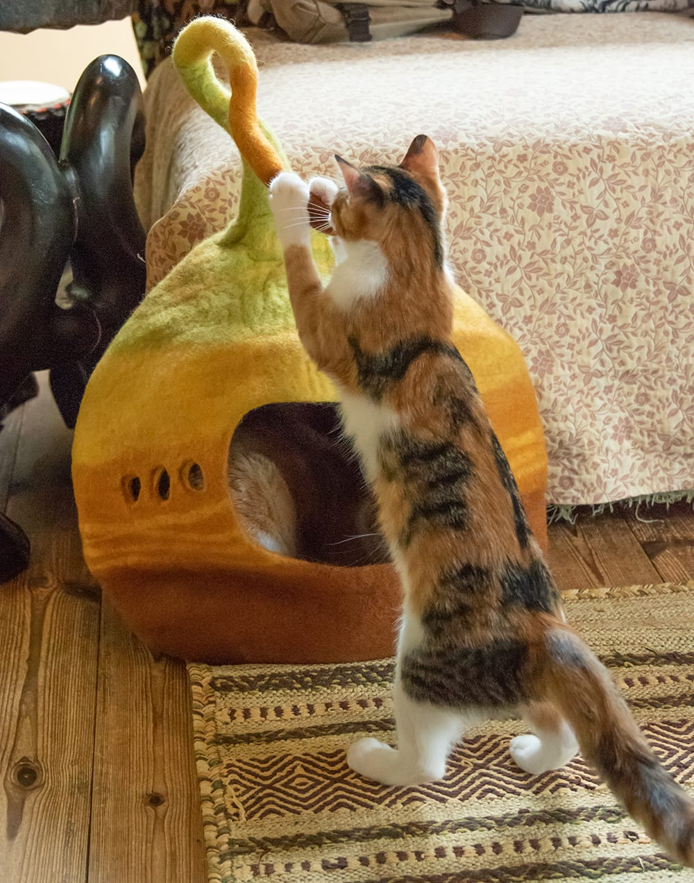 ネパールフェルトのしっぽ付きキャットハウス 10 - しっぽ部分をかじったり猫パンチ食らわせたりして遊びます