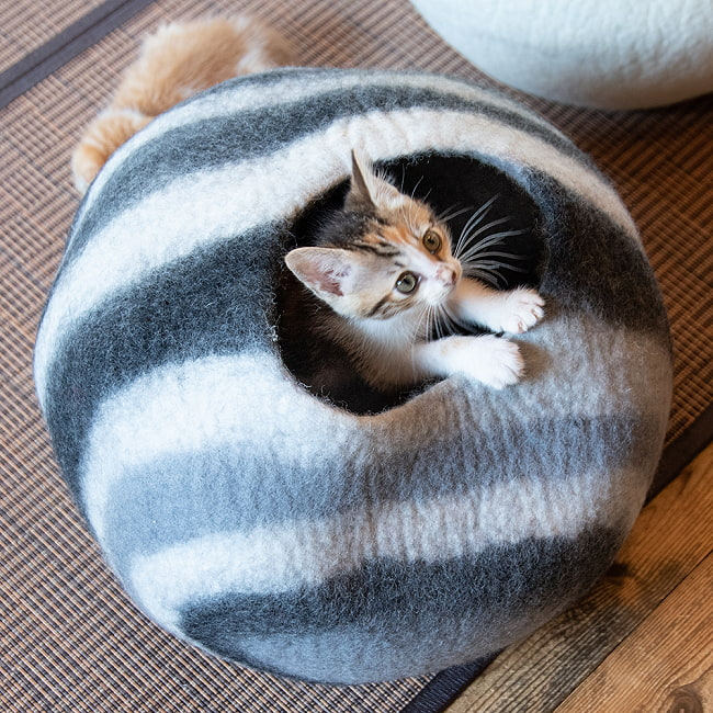 ネパールフェルトの猫ちぐら しっかりめ丸形タイプ 6 - 派手すぎない色合いでインテリアの邪魔になりません。
