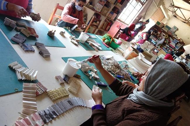 ロクタ紙 手漉き 無地 ブランク名刺 50枚セット 8 - ネパールの女性たちが作業して作っています