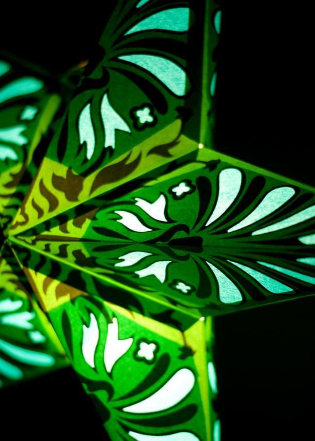 〔インドクオリティ〕星型ランプシェード - 幾何学・グリーンの写真2 - 横からの拡大写真です。立体感があり、一つあるだけでとっても雰囲気がです。