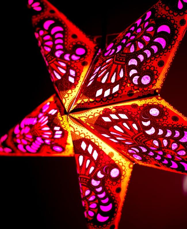 〔インドクオリティ〕星型ランプシェード - オレンジ×ピンクの写真2 - 横からの拡大写真です。立体感があり、一つあるだけでとっても雰囲気がです。