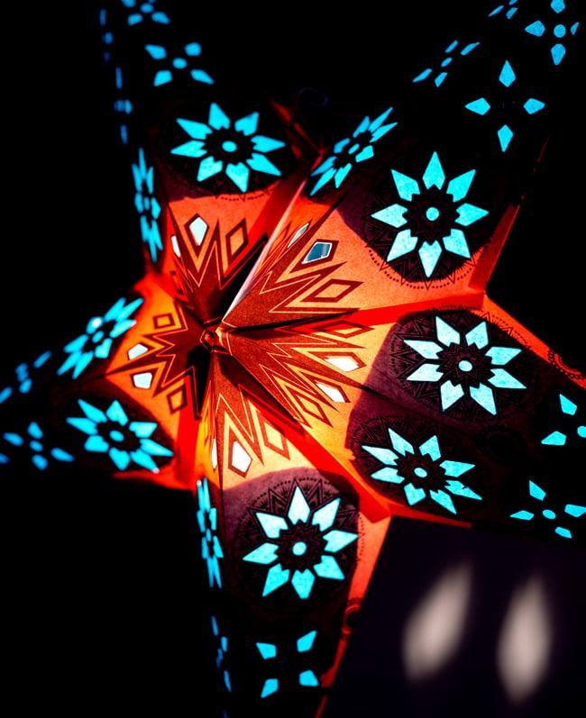 〔インドクオリティ〕星型ランプシェード - オレンジ×青の写真2 - 横からの拡大写真です。立体感があり、一つあるだけでとっても雰囲気がです。