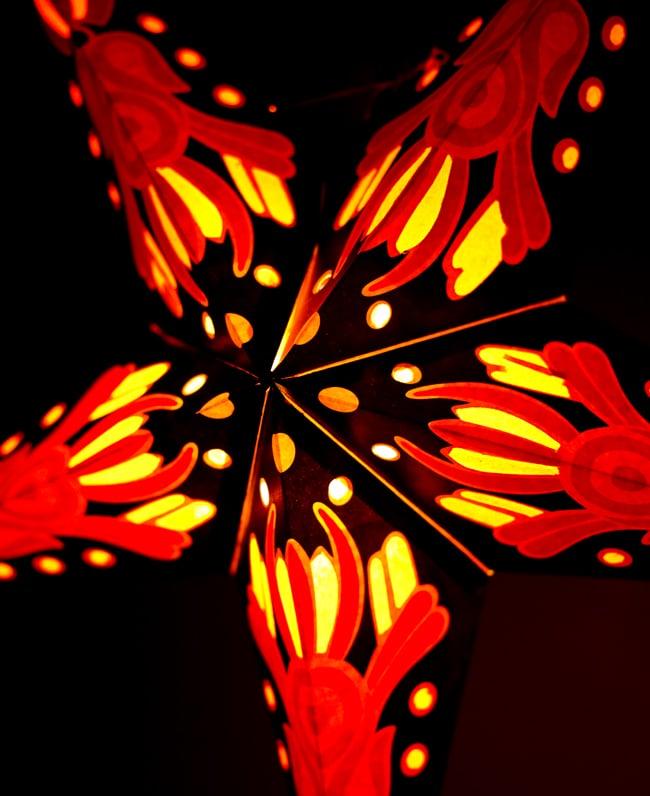 〔インドクオリティ〕星型ランプシェード - 黒×黄×赤の写真2 - 横からの拡大写真です。立体感があり、一つあるだけでとっても雰囲気がです。