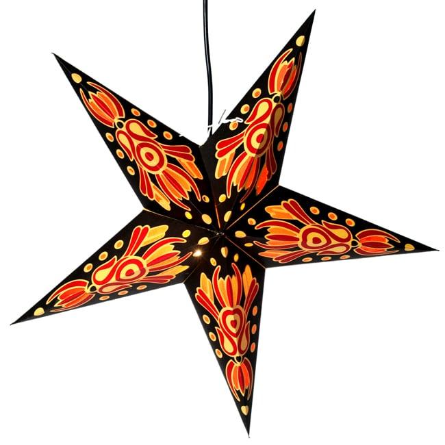 〔インドクオリティ〕星型ランプシェード - 黒×黄×赤の写真4 - 明るいところでの写真です。暗いところで光らせるのが一番綺麗ですが、日中も素敵です。
