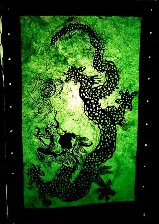 ロクタ紙 四面ランプシェード - ドラゴン 2 - ロクタ紙独自のムラが、光の微妙な明暗を生み出し、他にはない雰囲気が出ます。