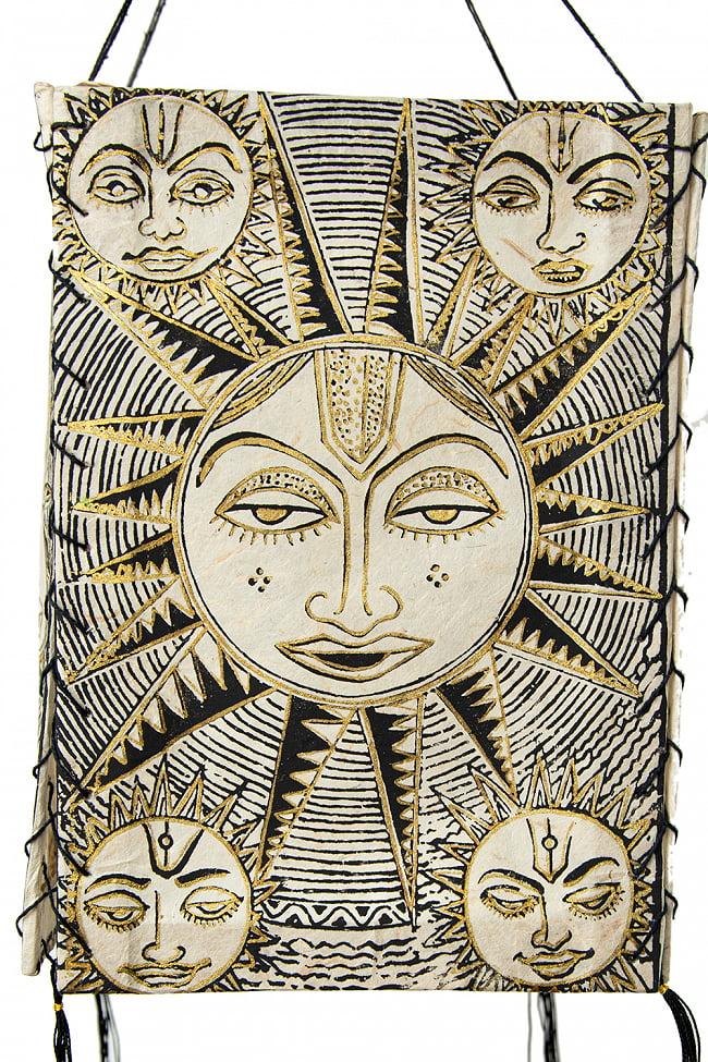 ロクタ紙 四面ランプシェード - スーリャ 3 - エスニックな模様が描かれています