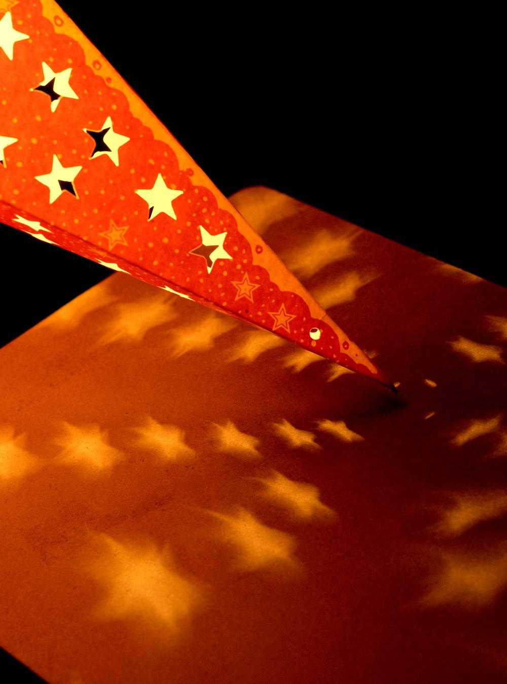 〔3個セット〕自由に選べる星型ランプシェード〔インドクオリティ〕アドベントスター 7 - 穴の空いているタイプは、このように光が漏れ出します