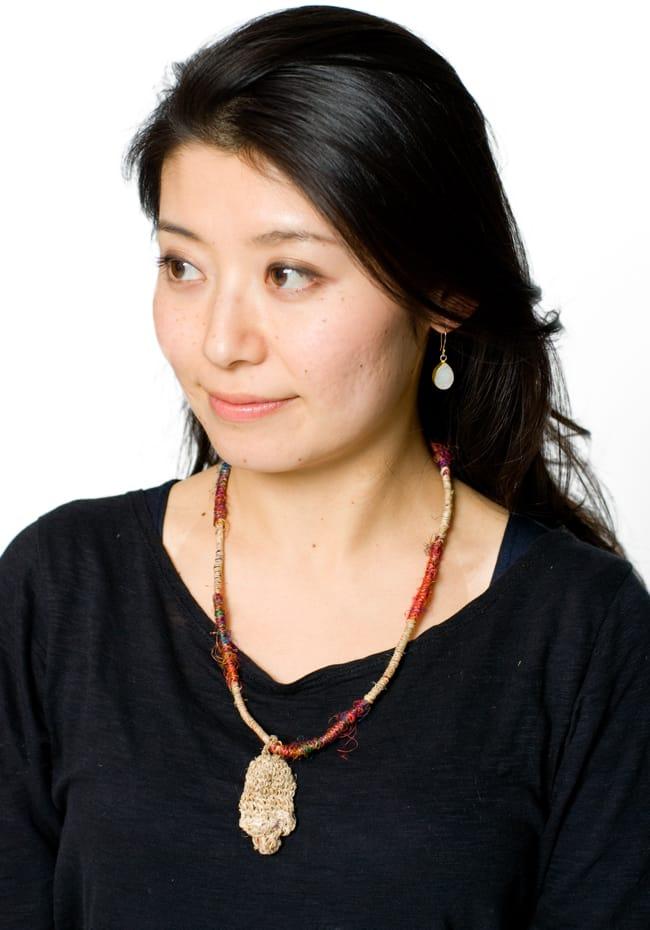 鈴つき きのこネックレスの写真10 - ベージュの着用例です。