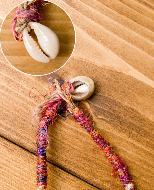 鈴つき きのこネックレスの写真5 - 留め具には宝貝が用いられています。