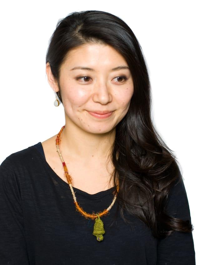 鈴つき きのこネックレスの写真6 - グリーンの着用例です。