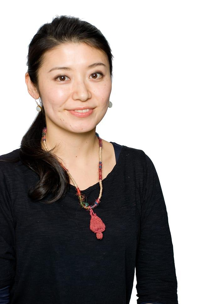鈴つき きのこネックレスの写真7 - ピンクの着用例です。
