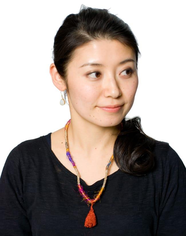 鈴つき きのこネックレスの写真8 - 赤の着用例です。