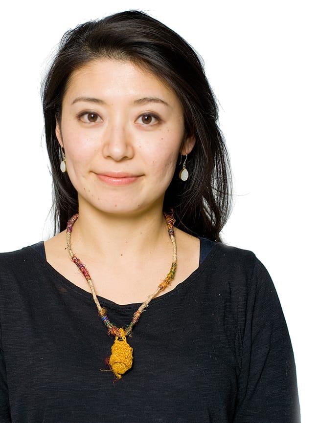 鈴つき きのこネックレスの写真9 - やまぶきの着用例です。