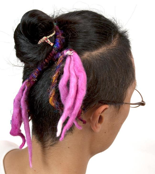 ぐねぐねワイヤー入り・ふわふわカラフルブレスレット - ピンク系 7 - 頭に巻いてみました。おしゃれに巻くことが出来ます