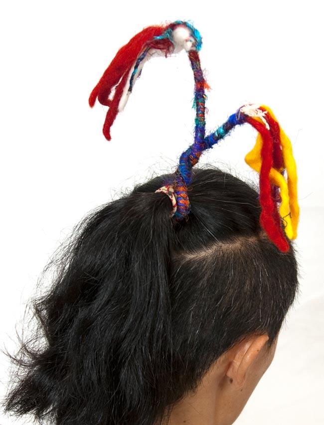 ぐねぐねワイヤー入り・ふわふわカラフルブレスレット - 赤黄系 6 - 頭に巻いてみました。楽しく巻いたら一寸遊びすぎな髪型になってしまいました。