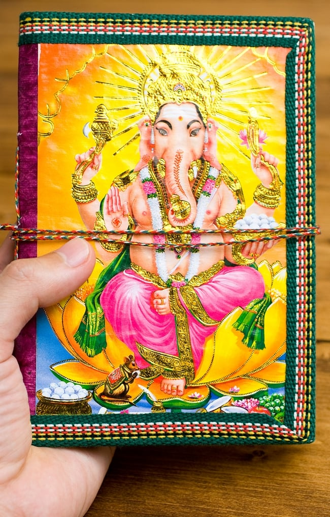 〈18cm×13cm〉インドの神様柄メモ帳 ガネーシャ 4 - 大きさを感じて頂くため、同じサイズの物を手にもってみました