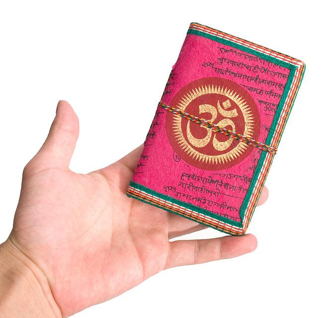[アソート]インドの神様柄紙メモ帳 - インドの女性 5 - 大きさを感じて頂くため、手にもってみました