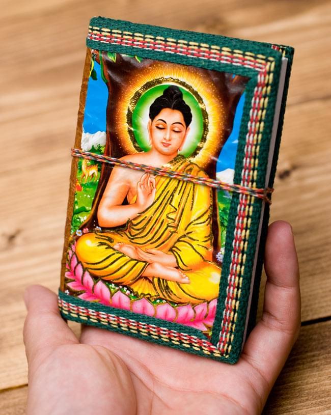 〈12.8cm×8.5cm〉インドの神様柄紙メモ帳 - ブッダ 4 - サイズを感じていただく為、手に持ってみたところです。