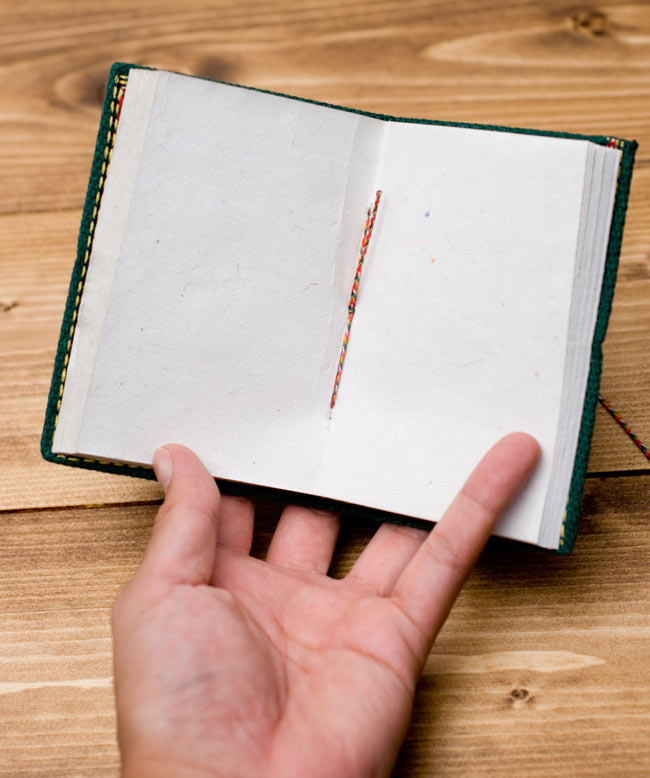 〈12.8cm×8.5cm〉インドの神様柄紙メモ帳 - ブッダ 6 - 中はこのようになっております。紙には環境に優しい再生紙を使用しています。温もりを感じる素朴な紙がとても魅力的で味わい深い一品です。