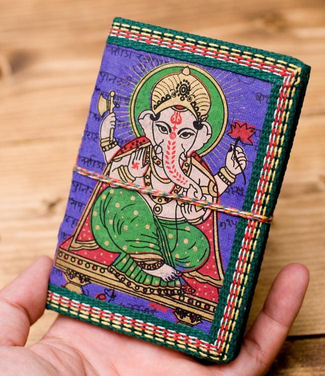 〈12.8cm×8.5cm〉インドの神様柄紙メモ帳 - ガネーシャの写真4 - サイズを感じていただく為、手に持ってみたところです。