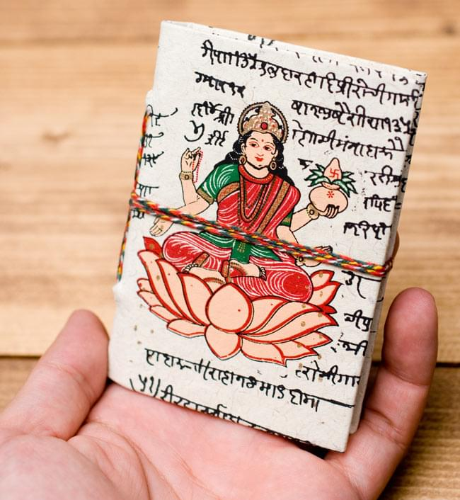 〈10cm×7.5cm〉インドの神様柄紙メモ帳 - ラクシュミの写真4 - サイズを感じていただく為、手に持ってみたところです。