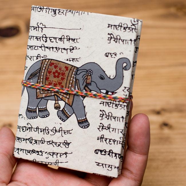 〈10cm×7.5cm〉インドの神様柄紙メモ帳 - 象 4 - サイズを感じていただく為、手に持ってみたところです。