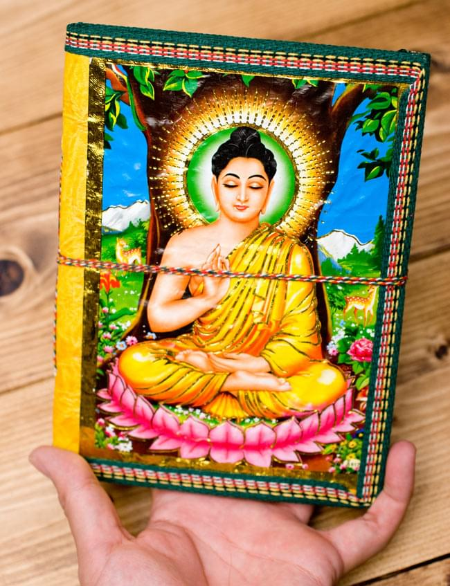 〈19.5cm×14.5cm〉インドの神様柄紙メモ帳 - カラフル 神様の写真4 - サイズを感じていただく為、手に持ってみたところです。