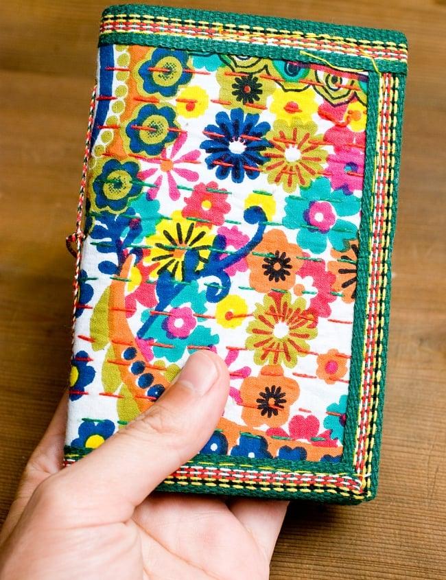 カンタ刺繍の手造りノート(アソート) たて15cmx横10cmの写真3 - 大きさを感じて頂くため、同じサイズの物を手にもってみました