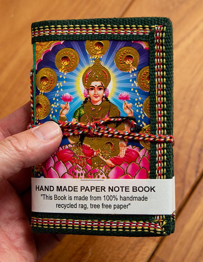 〈12.5cm×8.5cm〉【各色アソート】インドの神様柄紙メモ帳 - ラクシュミ 4 - サイズを感じていただく為、手に持ってみたところです。