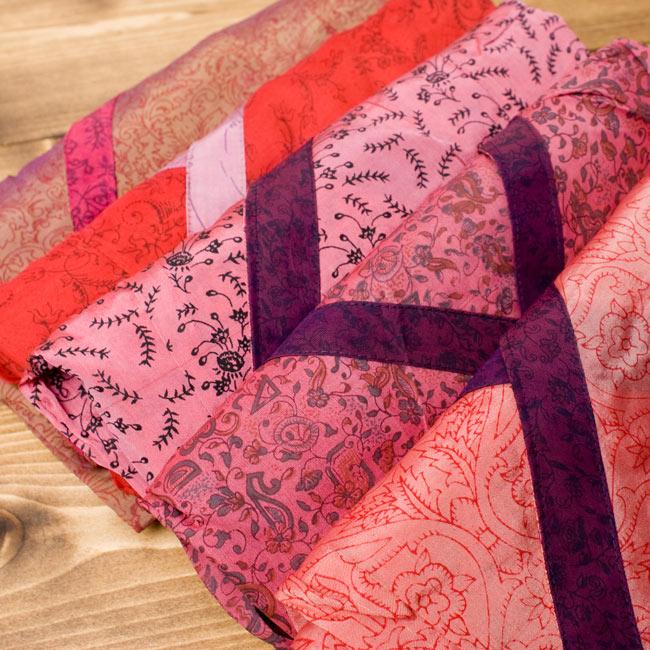 オールドサリーロングカシュクール 赤・ピンク系の写真3 - こちらの商品はひとつひとつ風合いが異なります。アソートでのお届けとなりますので、モデルが着用しているものが必ず届くわけではありません。ご理解いただけますようお願い致します。