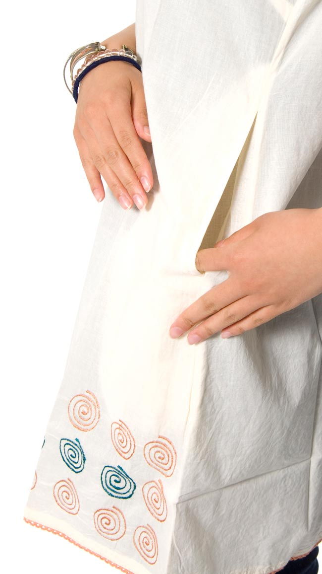 ぐるぐるうずまきノースリーブチュニック 【オフホワイト】 4 - ポケットもあるので、便利ですね。