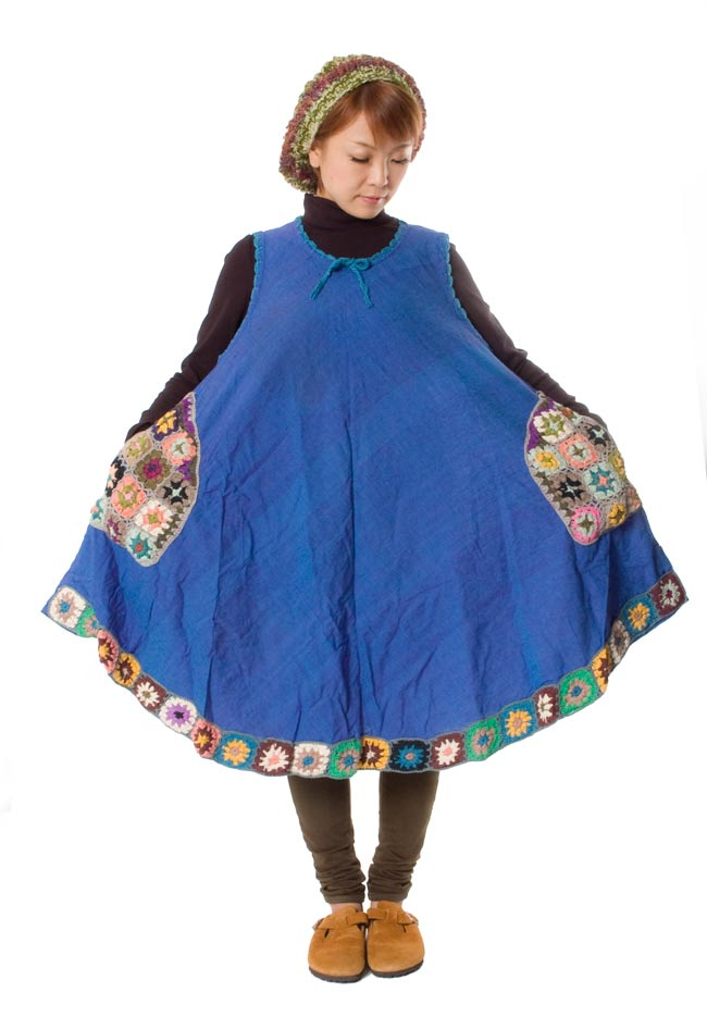 フラワー刺繍ポケットAラインワンピース - スカイブルー 7 - 広げてみました。弧を描いた裾のデザインが可愛いです。