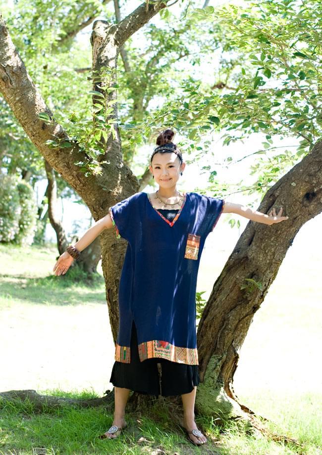モン族のVネックワンピース 【ネイビー】 2 - スリム&ワイドのどちらのボトムスとも相性良く着て頂けます。