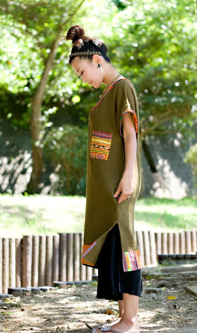 モン族のVネックワンピース 【ネイビー】 3 - 横からの姿です。スリットがあるので歩きやすいですよ!