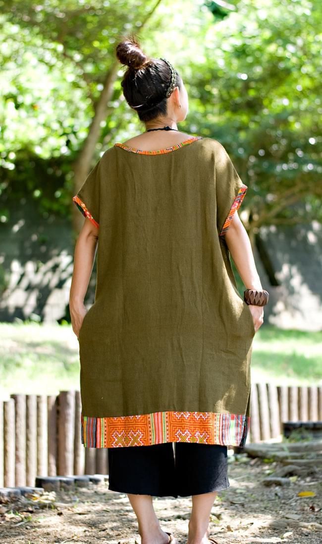 モン族のVネックワンピース 【ネイビー】 4 - 後ろ姿です。裾や襟元のモン族布がアクセントとして効いています。