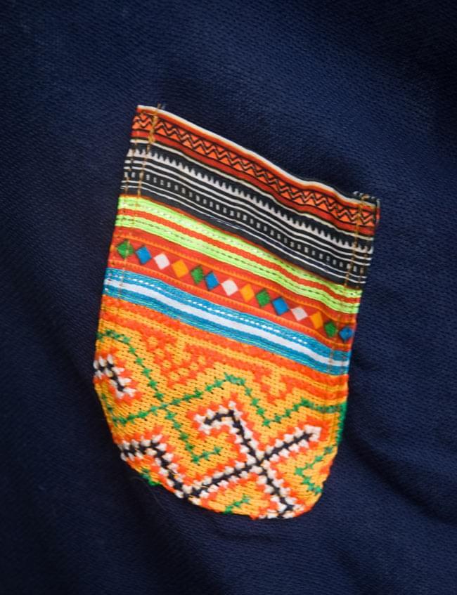 モン族のVネックワンピース 【ネイビー】 5 - 胸元のポケットです。手作りのため、ひとつひとつ柄が異なります。