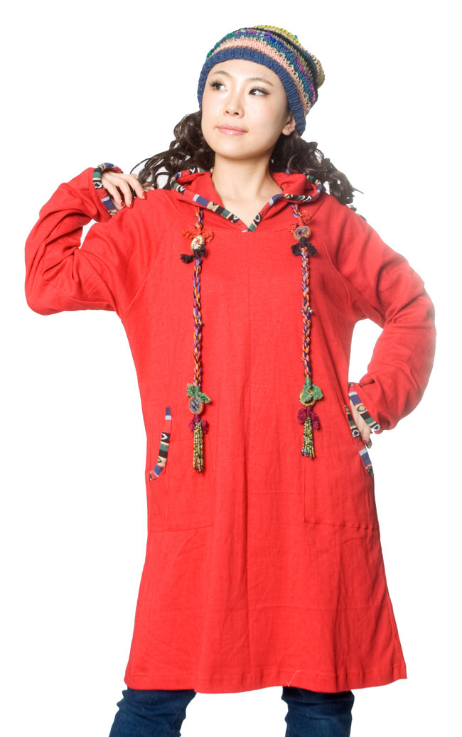"""ゲリラインのコットンワンピース 2 - B:赤は元気なイメージです。首から下げているのは、<A Href=""""http://www.tirakita.com/ID-MNTK-189"""">インドの髪飾り-鏡とビーズID-MNTK-189</A>です。"""