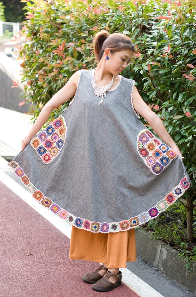 フラワー刺繍ポケットAラインワンピース - グレー 4 - 広げてみました。弧を描いた裾のデザインが可愛いです。