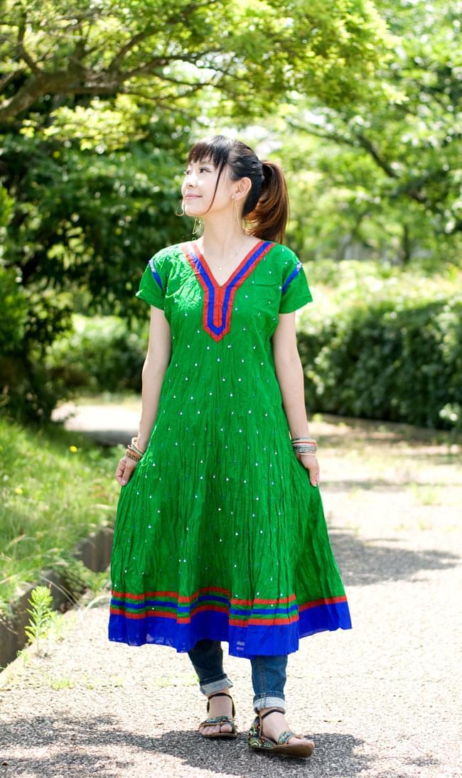 シンプルドットのインドのクルティの写真4 - E:Vネック:グリーン:身長150cmのスタッフが着てみました。