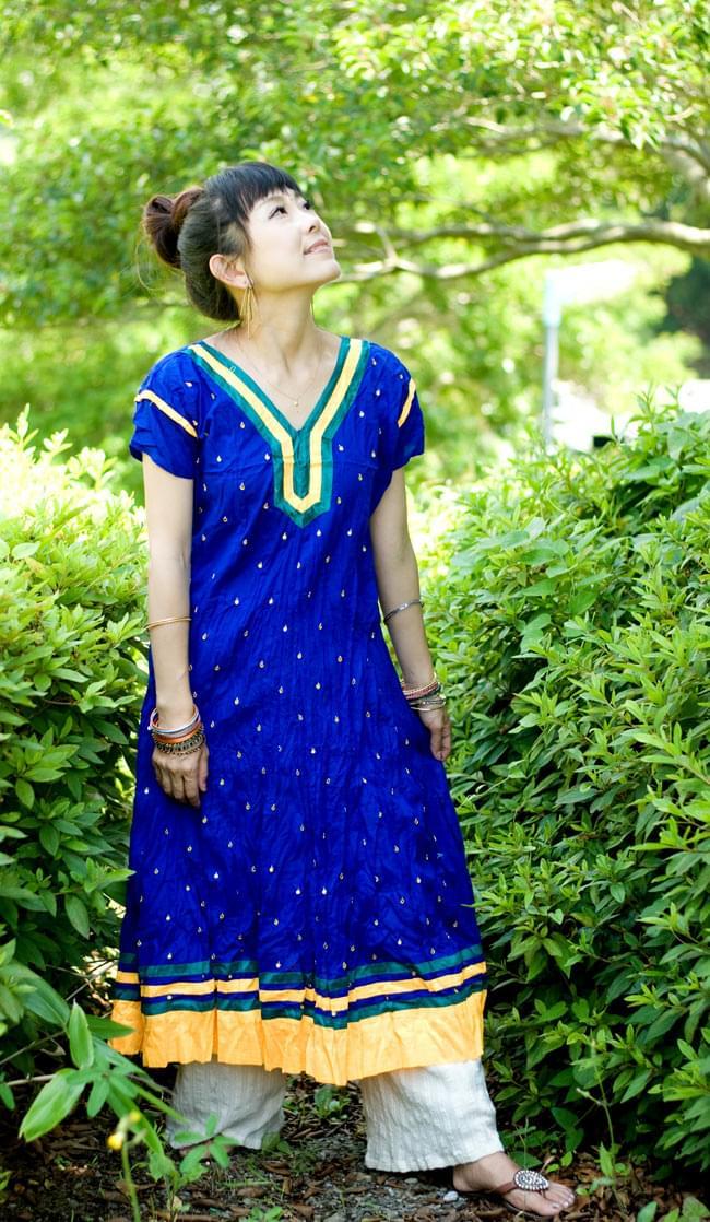 シンプルドットのインドのクルティの写真5 - F:Vネック:ブルー:身長150cmのスタッフが着てみました。