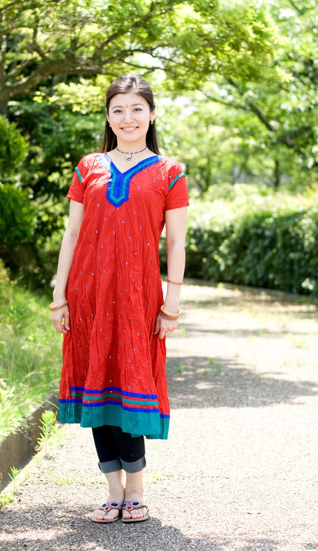 シンプルドットのインドのクルティの写真6 - G:Vネック:赤:身長165cmのスタッフが着てみました。
