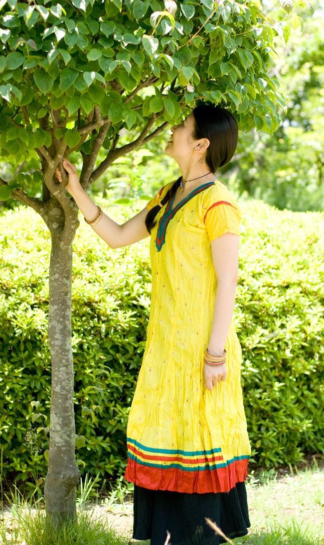 シンプルドットのインドのクルティの写真7 - H:Vネック:イエロー:身長165cmのスタッフが着てみました。