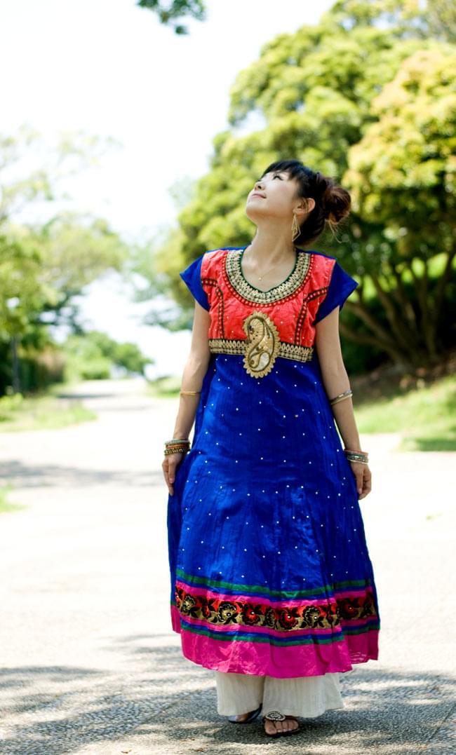 大きな刺繍のゴージャスクルティの写真2 - B:ブルー×ピンク:身長150cmのスタッフが着てみました。
